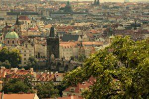 Die Karlsbrücke von der Prager Burg aus gesehen (Foto: der uNi)